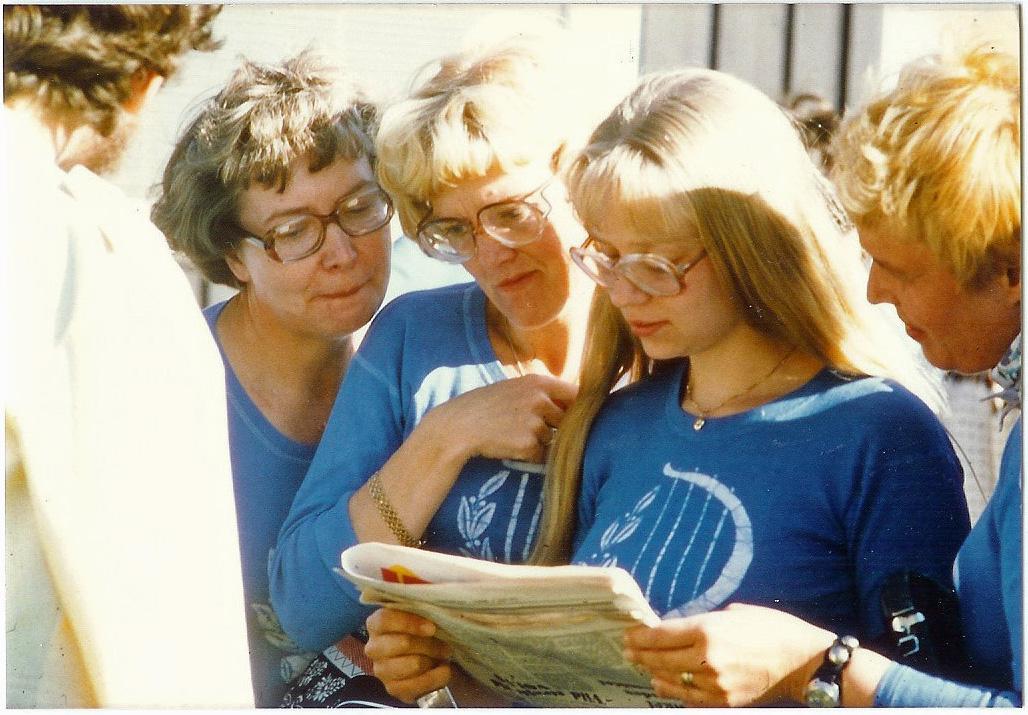 19780617 Östersund läser recentioner i lokalpressen
