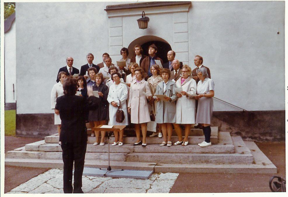 """Pingst 1973 – Kören sjöng Oskar Lindbergs """"Pingst"""" stående ute på trappan"""
