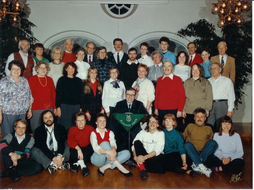 Kyrkokören 1990 förs hemmet